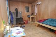 Assis, seul, à l'intérieur de la cabane, le... (Photo Le Progrès-Dimanche, Gimmy Desbiens) - image 1.0