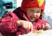 La petite Gabrielle profite de la tire sur... (Le Soleil, Erick Labbé) - image 5.0