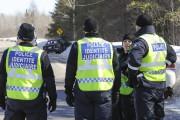 Plusieurs enquêteurs du Module des crimes majeurs, assistés... (Photo Le Quotidien, Gimmy Desbiens) - image 1.0
