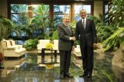 Les deux hommes ont échangé sourires et poignées... (PHOTO JONATHAN ERNST, REUTERS) - image 1.0