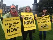Plusieurs personnes venues lundi devant l'Assemblée législative de... (Photo La Presse Canadienne) - image 1.0