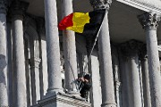 Un employé installe le drapeau de la Belgique... (Photo Patrick Sanfacon, La Presse) - image 1.1
