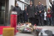 Denis Coderre s'est recueillidevant le Consulat, mercredi.... (PHOTO PC) - image 2.0