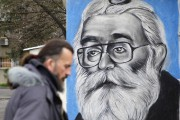 Un homme passe devant un graffiti représentant Radovan... (PHOTO ANDREJ CUKIC, AP) - image 1.0