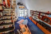 Le propriétaire a voulu cette mezzanine au-dessus de... (PHOTO FOURNIE PAR ROYAL LEPAGE VILLAGE) - image 1.0