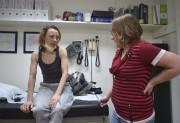 L'infirmière praticienne Isabelle Têtu et sa patiente.Ce qui... (Le Soleil, Yan Doublet) - image 4.0