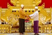 Après l'étape du Parlement, Htin Kyaw (à gauche),... (PHOTO YE AUNG THU, AP) - image 1.0