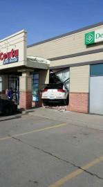 Un véhicule a défoncé un mur d'une pharmacie... (Ben Bigras, collaboration spéciale) - image 3.0