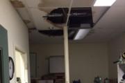 L'infiltration d'eau a provoqué l'effondrement de tuiles du... (Photo courtoisie) - image 1.0