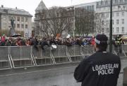 Les Islandais ont continué àmanifester devant le Parlement,... (AP, David Keyton) - image 7.0