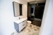 Une grande douche vitrée a été installée dans... (PHOTO ALAIN ROBERGE, LA PRESSE) - image 2.0