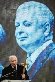 Jaroslaw Kaczynski a commémoré son frère Lech Kaczynski... (PHOTO AFP) - image 2.0