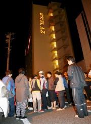 Plusieurs personnes se sont rassemblées devant cet hôtel... (PHOTO KYODO, REUTERS) - image 5.0