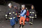 Des secouristes évacuent sur une civière une personne... (PHOTO KYODO/AFP) - image 1.0