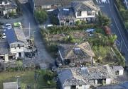 Une vue aérienne montre plusieurs maisons endommagées à... (PHOTO KYODO NEWS/AP) - image 2.0