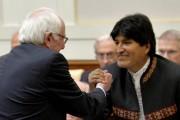 Bernie Sanders serre la main du président bolivien... (PHOTO GABRIEL BOUYS, REUTERS) - image 1.0