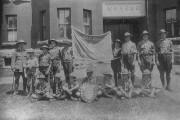 Cette photo ancienne montre des «boyscouts» devant le... - image 2.0