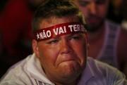 Un partisan de Dilma Rousseff pleure lors d'un... (PHOTO REUTERS) - image 3.0