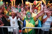 Des manifestants jubilaient dimanche à São Paulo alors... (AP, Andre Penner) - image 2.0