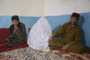La mère deMohibullah(au centre), en compagnie de deux... (AFP, Jawed Tanveer) - image 2.0