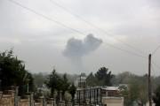 Une large colonne de fumée s'élève au-dessus de... (PHOTO RAHMAT GUL, AP) - image 2.0