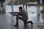 Un soldat afghan brandit son arme sur les... (PHOTO SHAH MARAI, AFP) - image 2.1