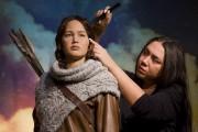 Une coiffeuse peaufine la coiffure de la statue... (AFP, Justin Tallis) - image 2.0