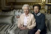 La reine Élisabeth II avec sa fille, la... (Annie Leibovitz) - image 3.0