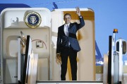 Le président Obama salue de la main alors... (PHOTO KIRSTY WIGGLESWORTH, AP) - image 1.0