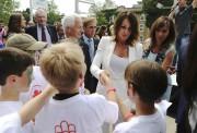 Nadia Comaneci accueillie par un groupe de jeunes... (Photothèque Le Soleil) - image 2.0