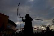 Un acteur représente la Grande Faucheuse, lors d'une... (Associated Press) - image 2.0