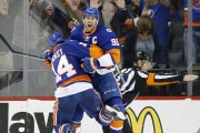 John Tavares (91) et Thomas Hickey célèbrent après... (Associated Press) - image 2.0