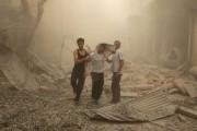 Des Syriens aident un jeune homme blessé à... (PHOTO AMEER ALHALBI, AGENCE FRANCE-PRESSE) - image 2.0