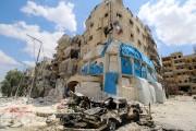 Des carcasses de véhicules sont vues devant la... (PHOTO ABDALRHMAN ISMAIL, REUTERS) - image 3.1