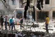 Des gens constatent les dégâts dans le quartier... (PHOTO ABDALRHMAN ISMAIL, REUTERS) - image 3.0