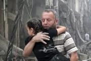 Un homme porte une petite fille dans ses... (IMAGE UGC/AP) - image 1.0