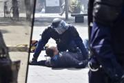 Un policier anti-émeute arrête un protestataire lors de... (PHOTO LOIC VENANCE, AFP) - image 2.1