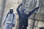 Un protestataire utilise un lance-pierre lors d'affrontements avec... (PHOTO LOIC VENANCE, AFP) - image 3.0