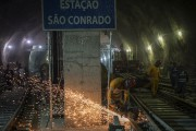 Des travailleurs s'affairent à la station São Conrado... (AFP, Christophe Simo) - image 4.0