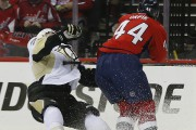 Brooks Orpik a frappé Olli Maatta à la... (Associated Press) - image 2.0