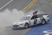 Brad Keselowski célèbre sa victoire... (Associated Press) - image 3.0