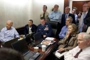 La célèbre photo du président Barack Obama suivant... (AP) - image 2.0