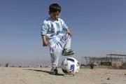 Le jeune MurtazaAhmadi portant un maillotsigné par son... (AP, Rahmat Gul) - image 3.0