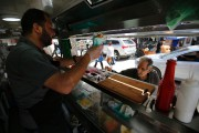 Khaldoun au service dans le «Food Train».... (PHOTO AFP) - image 1.0