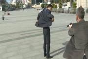 Un membre des services de sécurités turcs met... (IMAGE CNN) - image 3.0