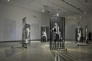 Joëlle Morosoli a cousu les silhouettes aux barreaux... (Photo Le Progrès-dimanche, Rocket Lavoie) - image 4.0
