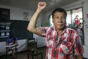 Le candidat Rodrigo Duterte lève le poing en... (PHOTO BULLIT MARQUEZ, AP) - image 1.0