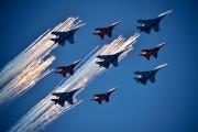 Des chasseursSU-27 et MIG-29 ont survolé la place... (PHOTO KIRILL KUDRYAVTSEV, AFP) - image 2.0