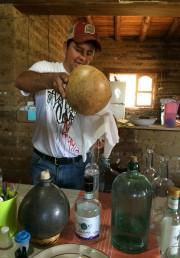 Eduardo Angeles, qui gère la distillerie Lalocura, travaille... (Photo Émilie Côté, La Presse) - image 1.0