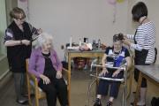 Coiffure, maquillage... Les bénévoles étaient aux petits soins... (Photo Le Quotidien, Rocket Lavoie) - image 3.0